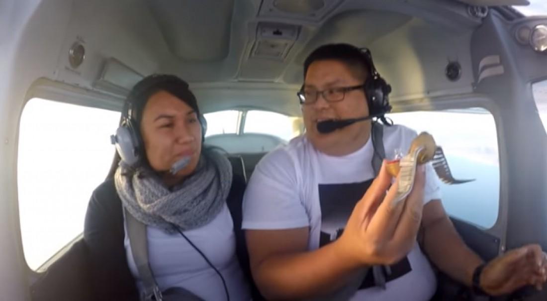 Парень сделал предложение девушке во время полета
