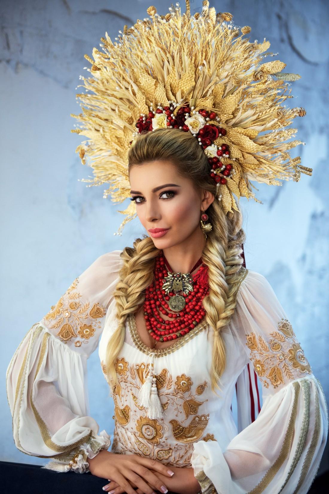 Мисс Украина Вселенная 2015 Анна Вергельская в национальном костюме