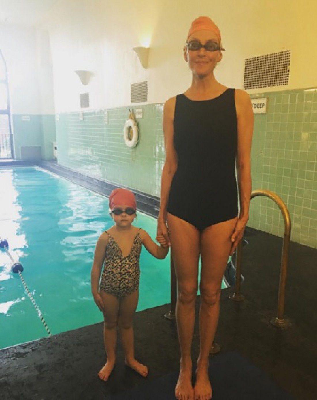 Ума Турман в бассейне с Луной
