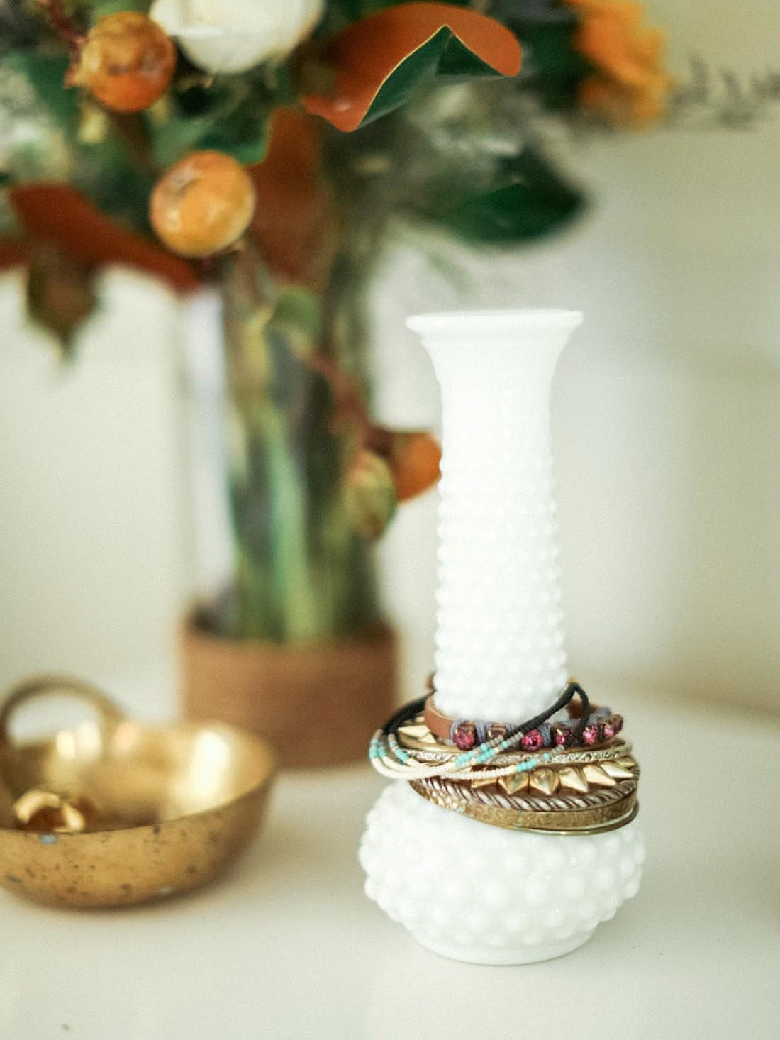 Браслеты на горлышке вазы