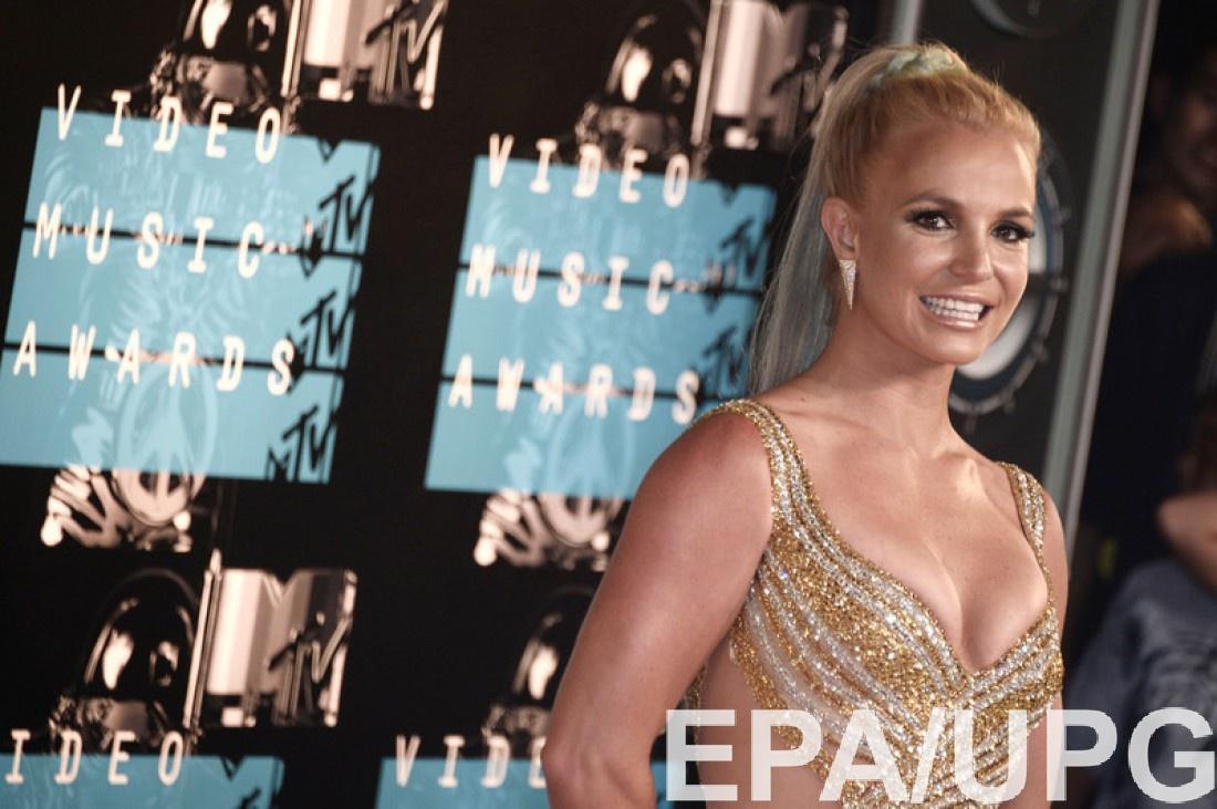 Бритни Спирс оконфузилась насцене: впроцессе выступления узвезды расстегнулся бюстгальтер