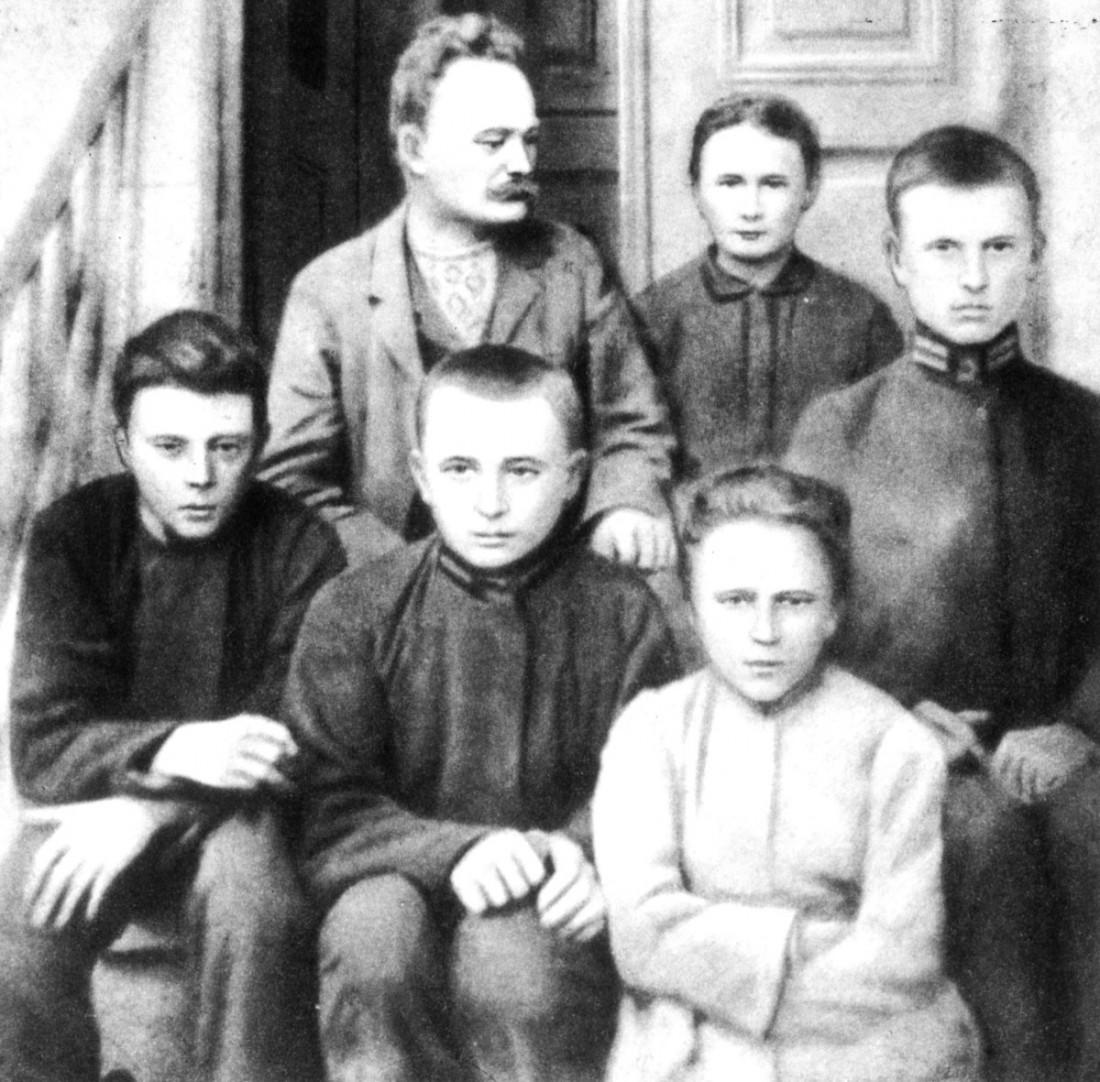 Іван Франко з дружиною Ольгою та дітьми на сходах свого будинку