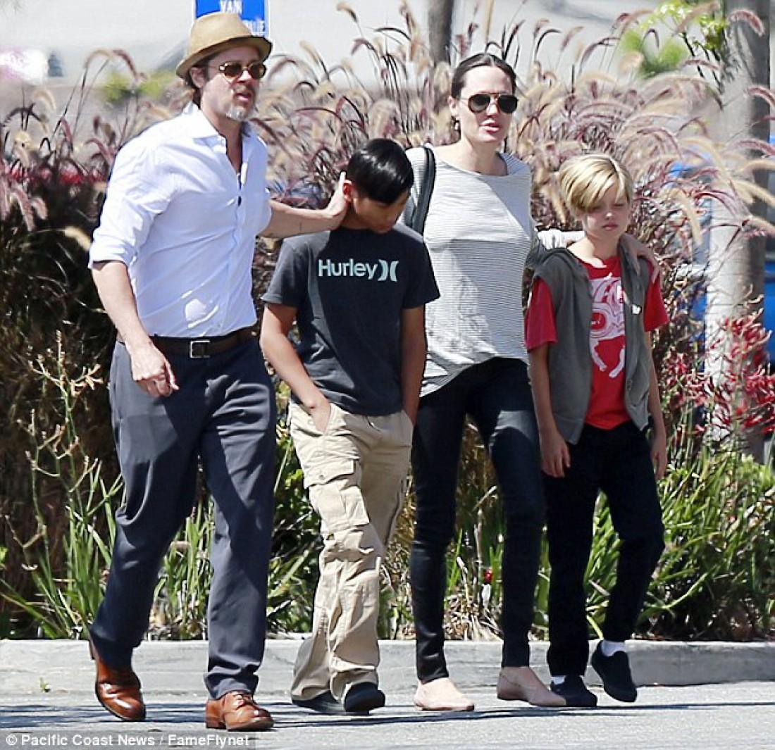 Анджелина Джоли с Брэдом Питтом и детьми: Шило (справа) и Пэксом