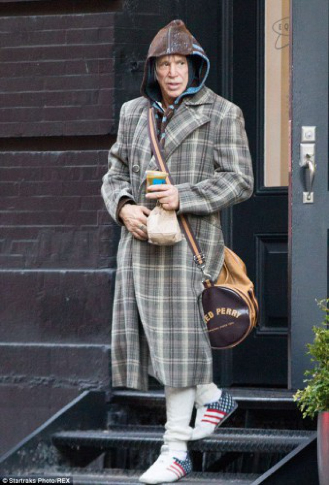 Мики Рурк одевается, как бездомный