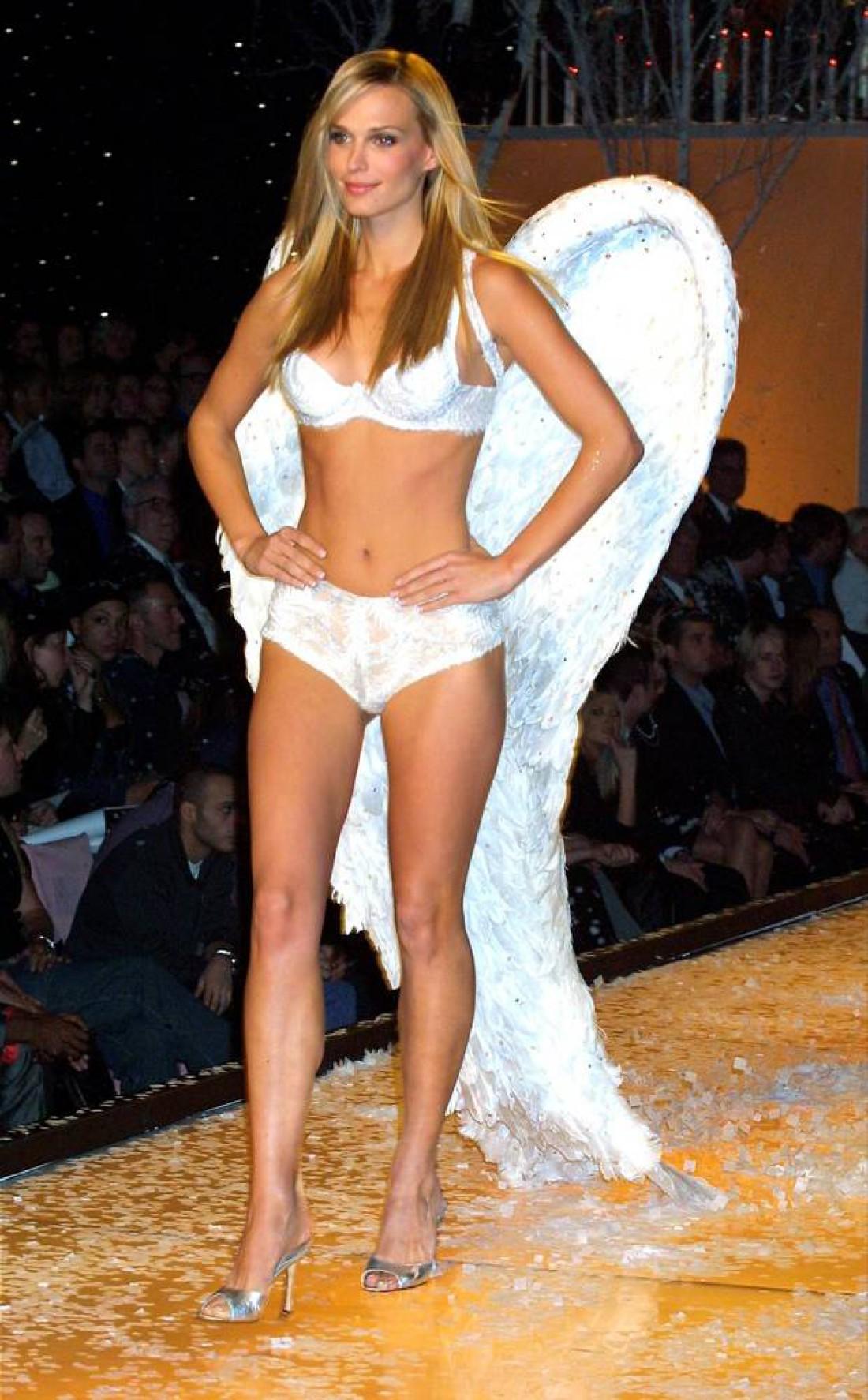 Молли Симс в шоу Victoria's Secret (2001 год)