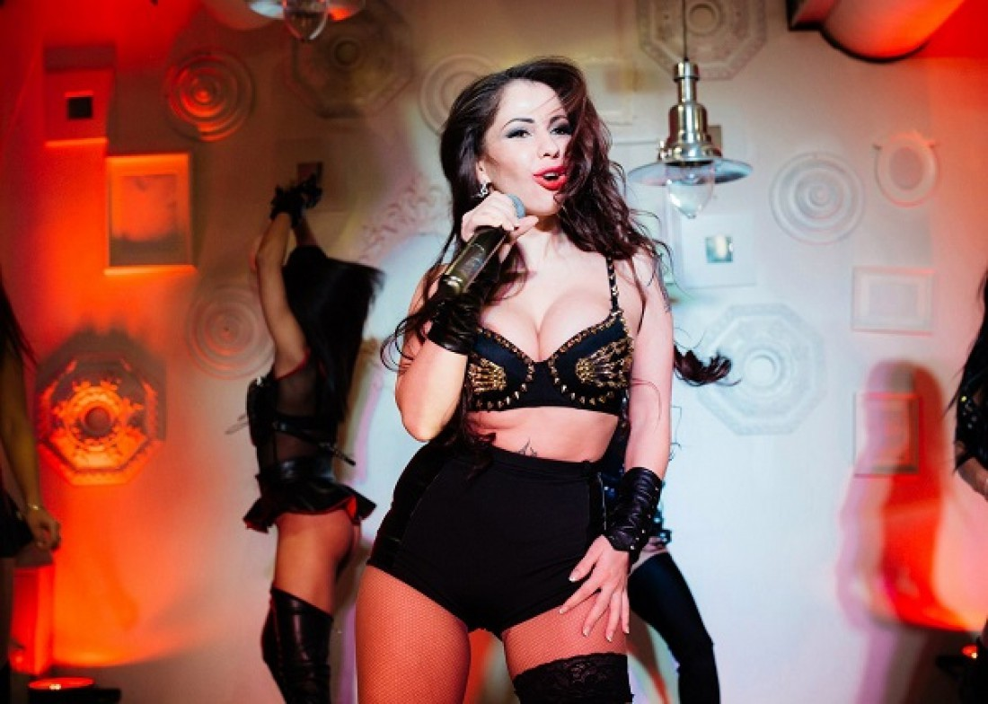Кожаное белье и шипы: Елена Беркова удивила сценическим образом