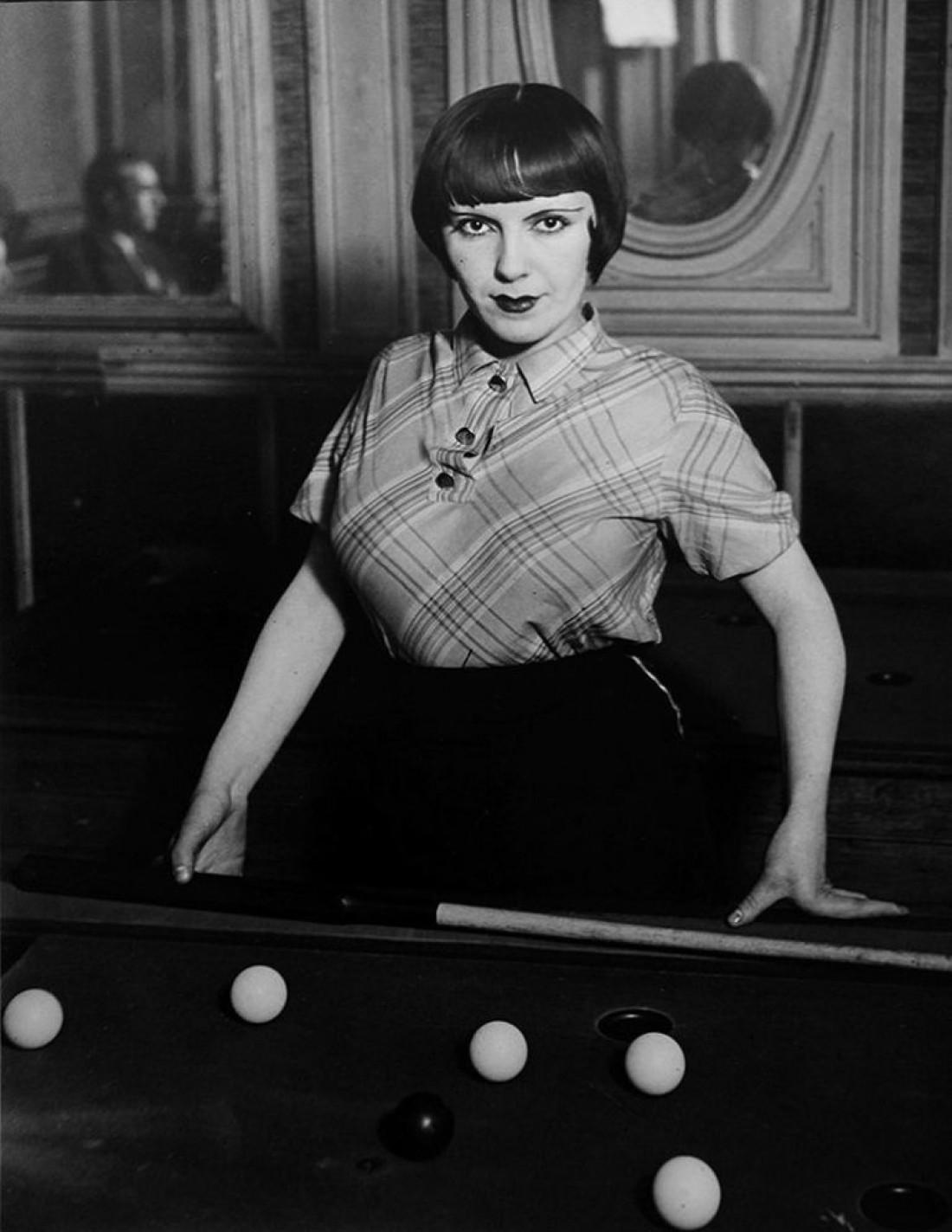 Проститутка, играющая в русский бильярд на бульваре Рошешуар, 1933 год