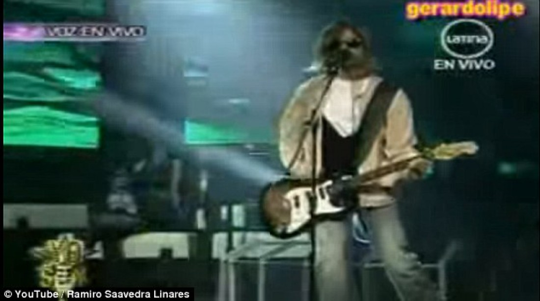 Рамиро Сааведра играет на гитаре правой рукой