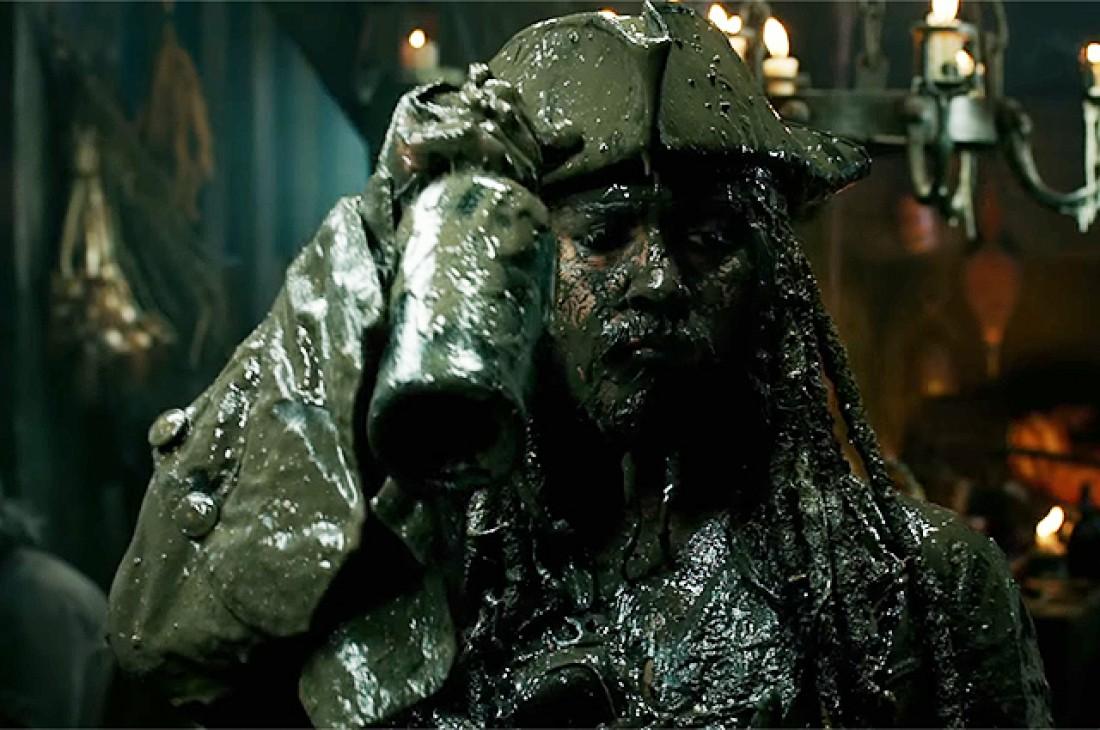 Джонни Депп в образе Джека Воробья в фильме Пираты Карибского моря: Мертвецы не рассказывают сказки