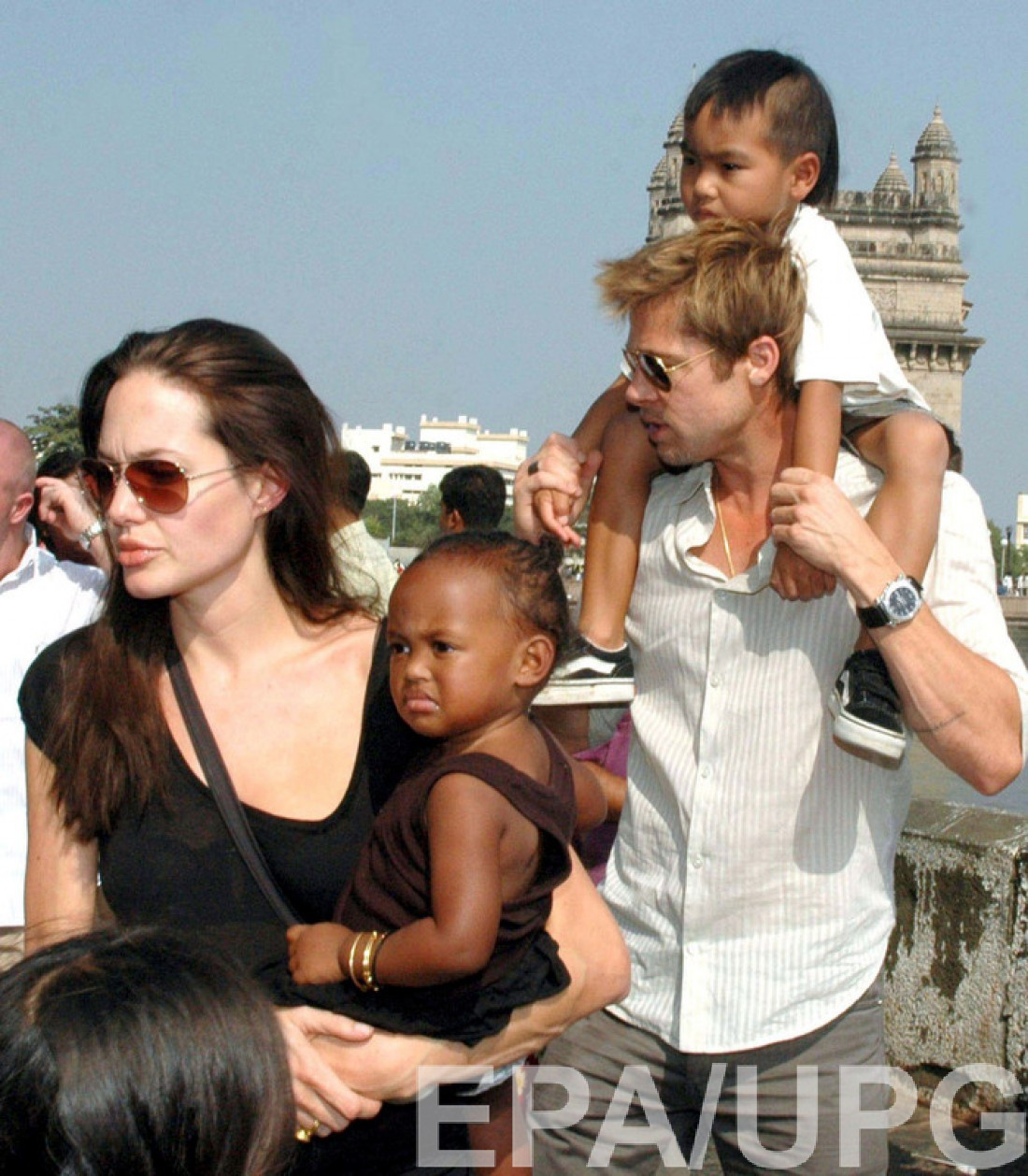 Анджелина несет на руках Захару
