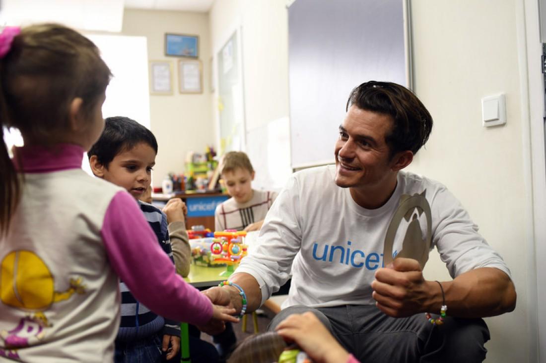 Орландо Блум в детском саду на Востоке Украины
