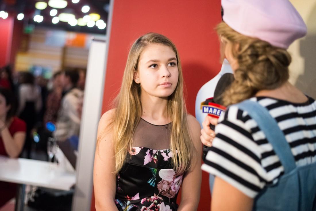 Соня общается с ведущей Катей Осадчей
