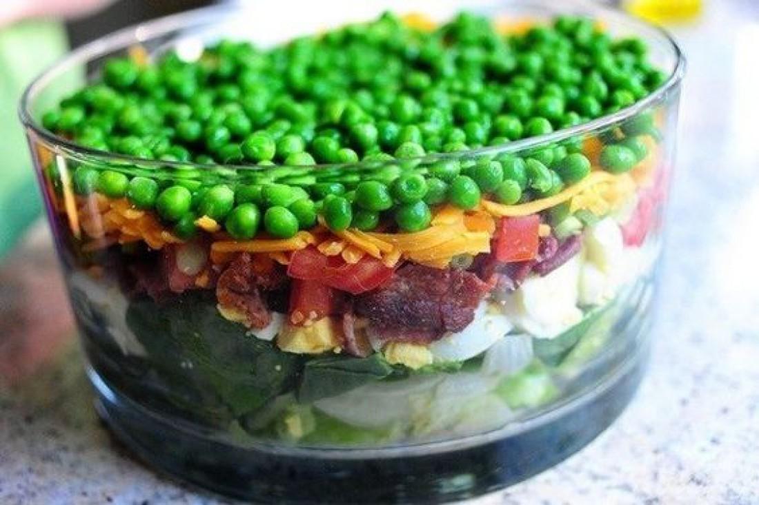 Что приготовить на католическую Пасху: Слоеный салат с беконом и горошком