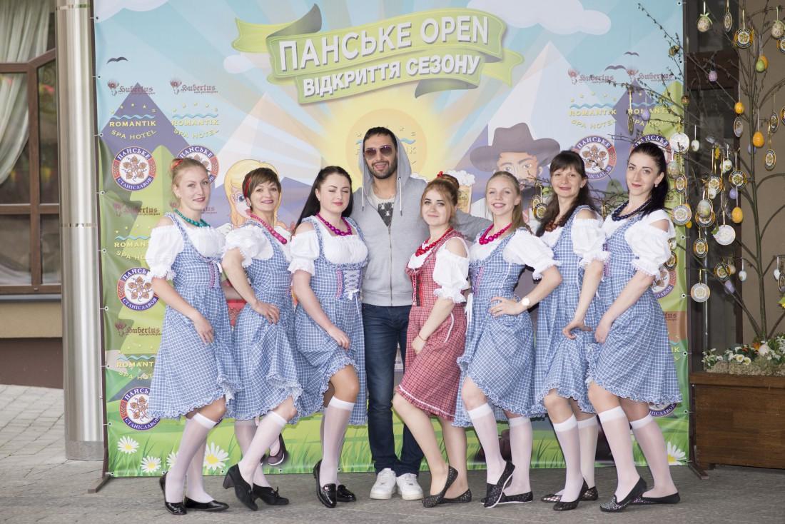 Виталий Козловский с сотрудницами отеля Romantik Spa Hotel