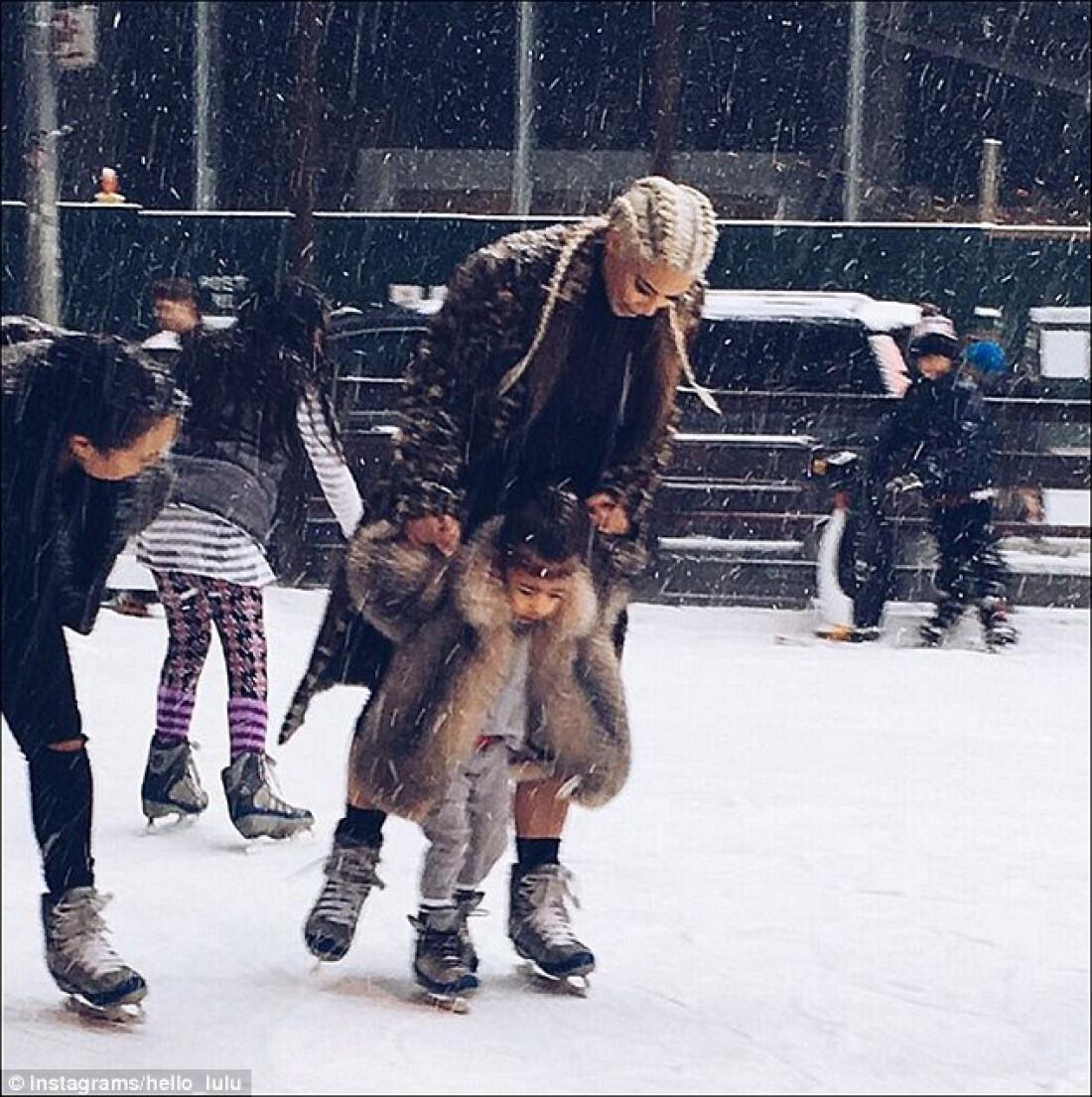 Ким Кардашян учила дочь кататься на коньках