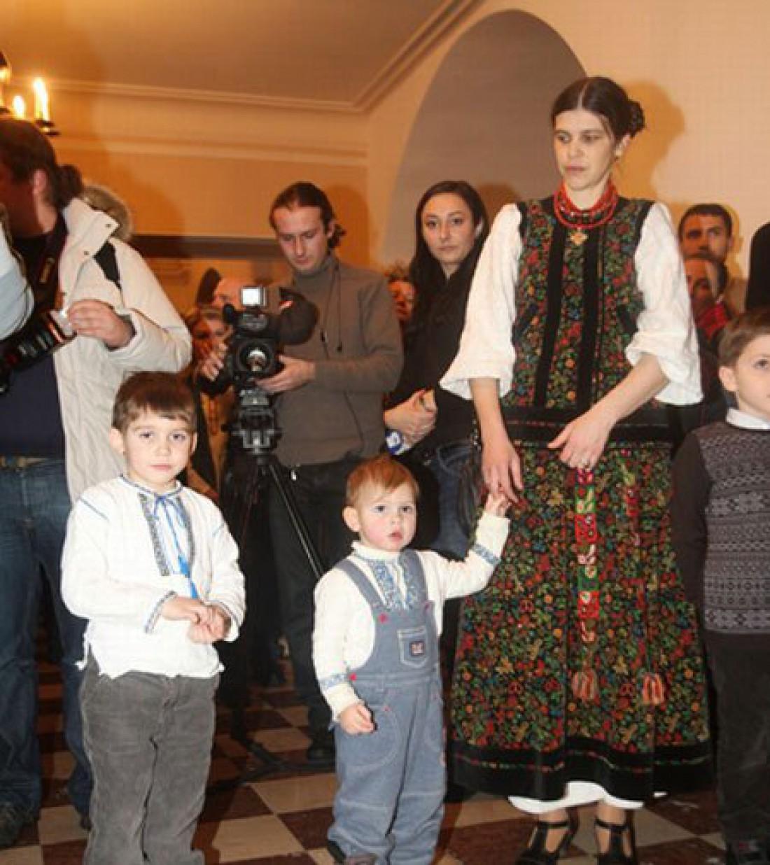 Жена Олега Скрипки выбирает одежду в украинском стиле