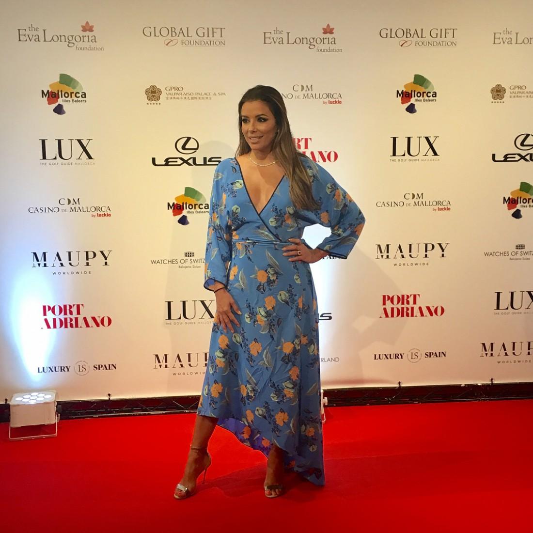 Ева Лонгория вышла в свет в потрясающем платье