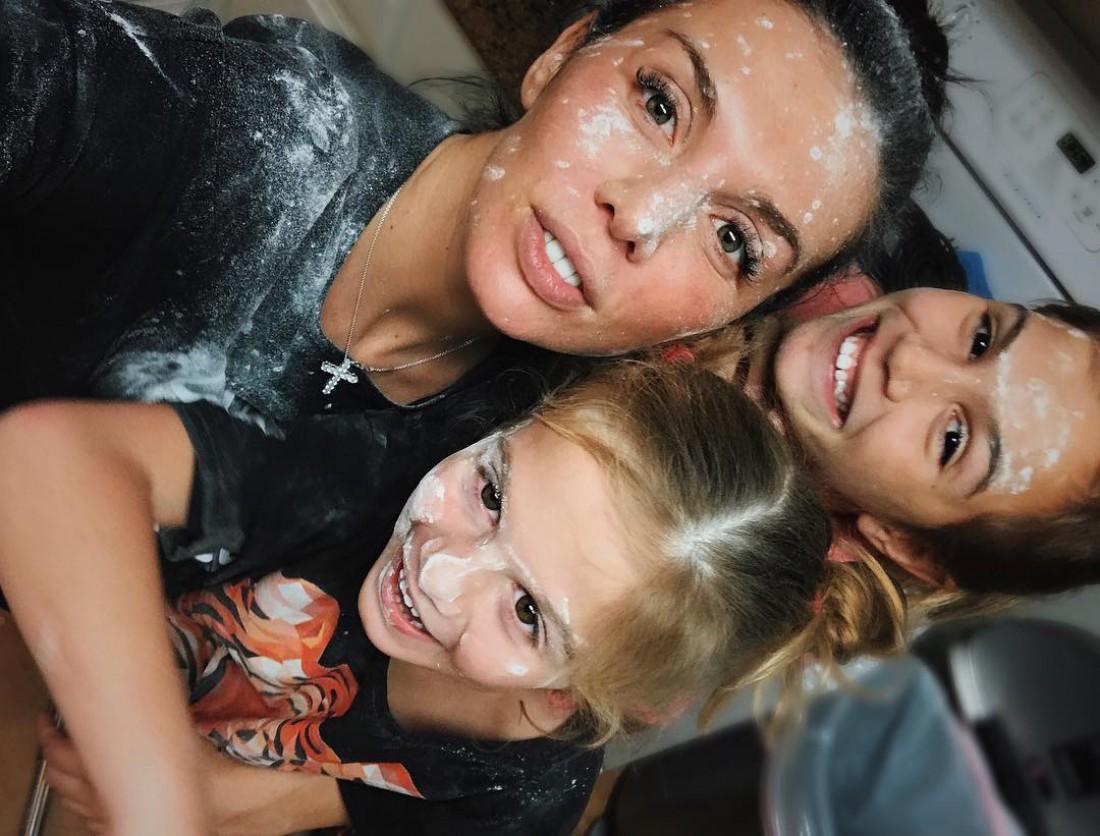 Анна Седокова с дочками готовила торт