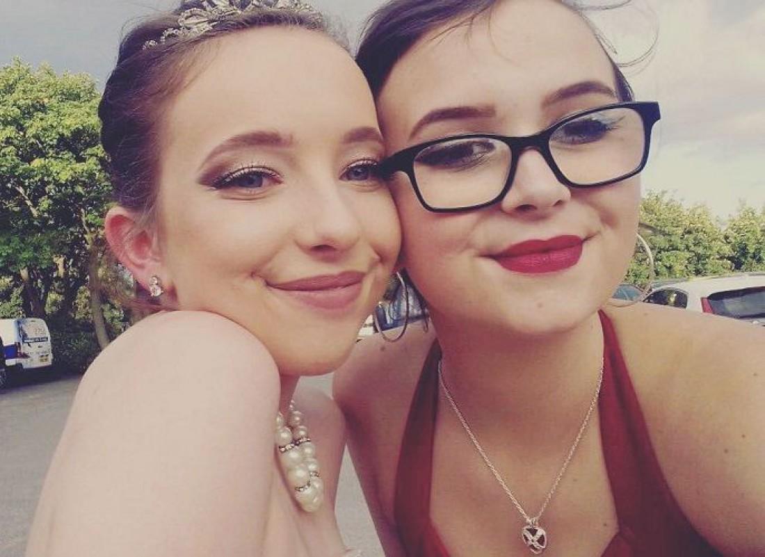 Жасмин Бивер (справа) с подругой