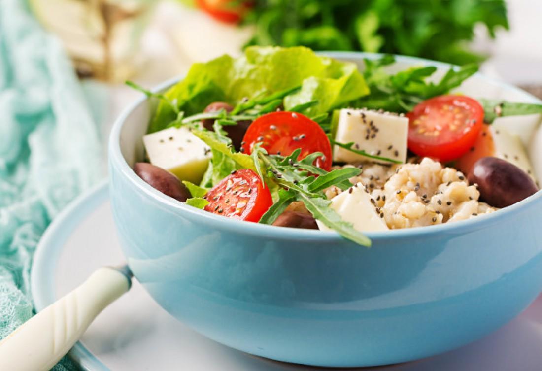 Теплый салат с тофу и помидорами