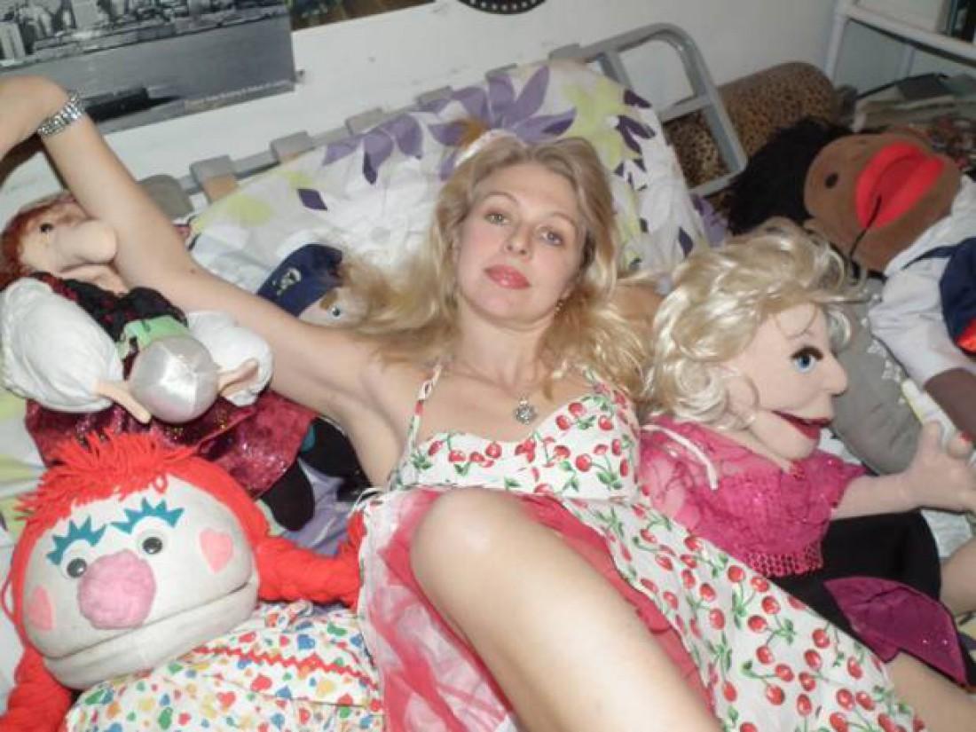 Эйприл Брукер выбрала кукол вместо жениха