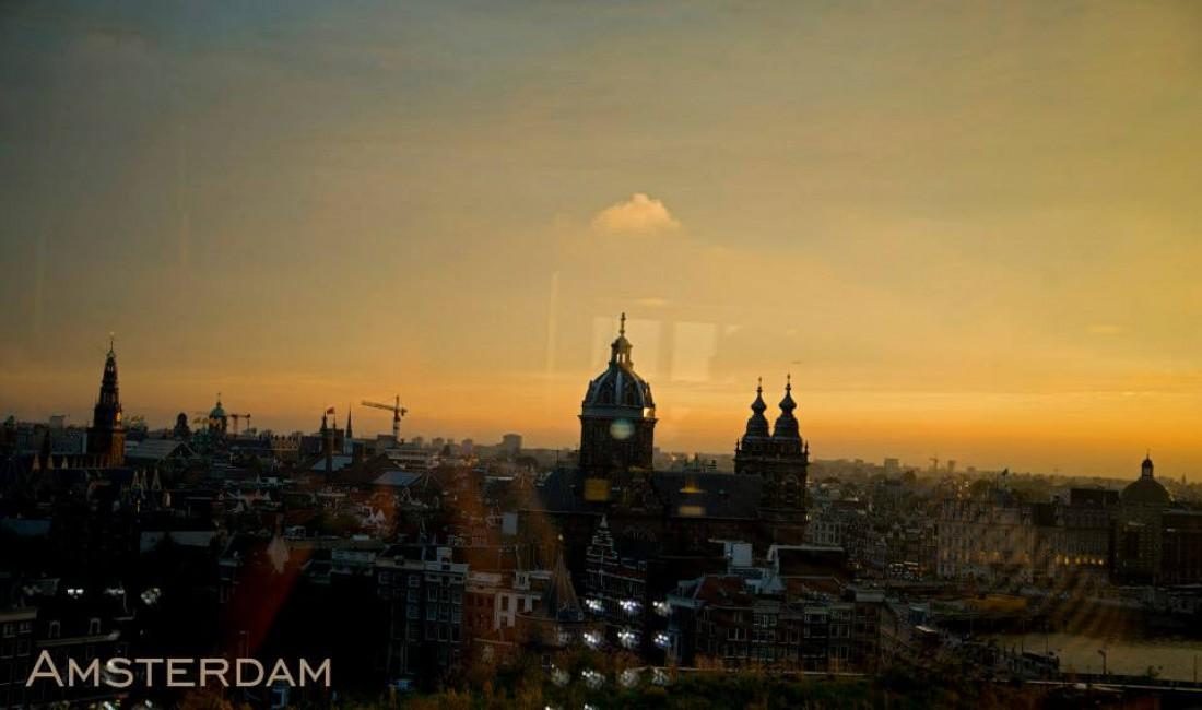 """""""Амстердам совсем не такой, каким я его себе представлял. Множество разноцветных домов, крыши с затейливыми коньками, современные дворцы и памятники, любопытные по окраске и архитектуре. Повсюду каналы. Весь город стоит на сваях, что создает поразительную панораму!"""" – Морис Равель"""