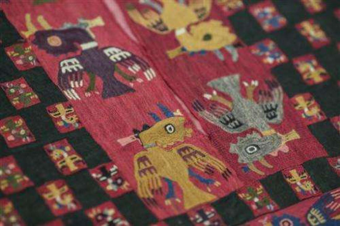 Фрагмент пончо культуры Паракас с изображением фантастических животных