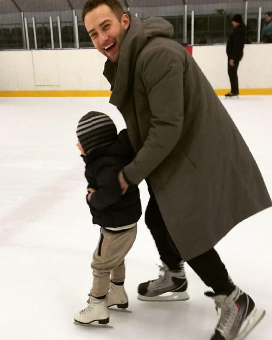 Шепелев с сыном катается на коньках