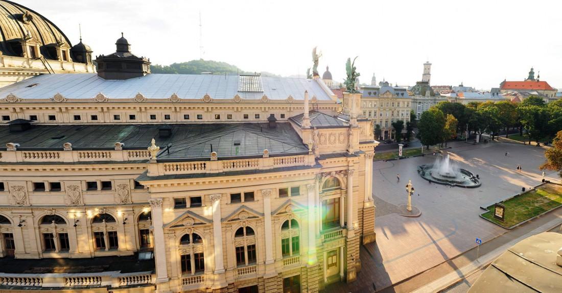 Вид на Львовский оперный театр и проспект Свободы из окон ресторана Панорама