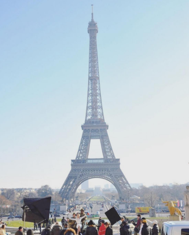 Съемки проходили на фоне Эйфелевой башни