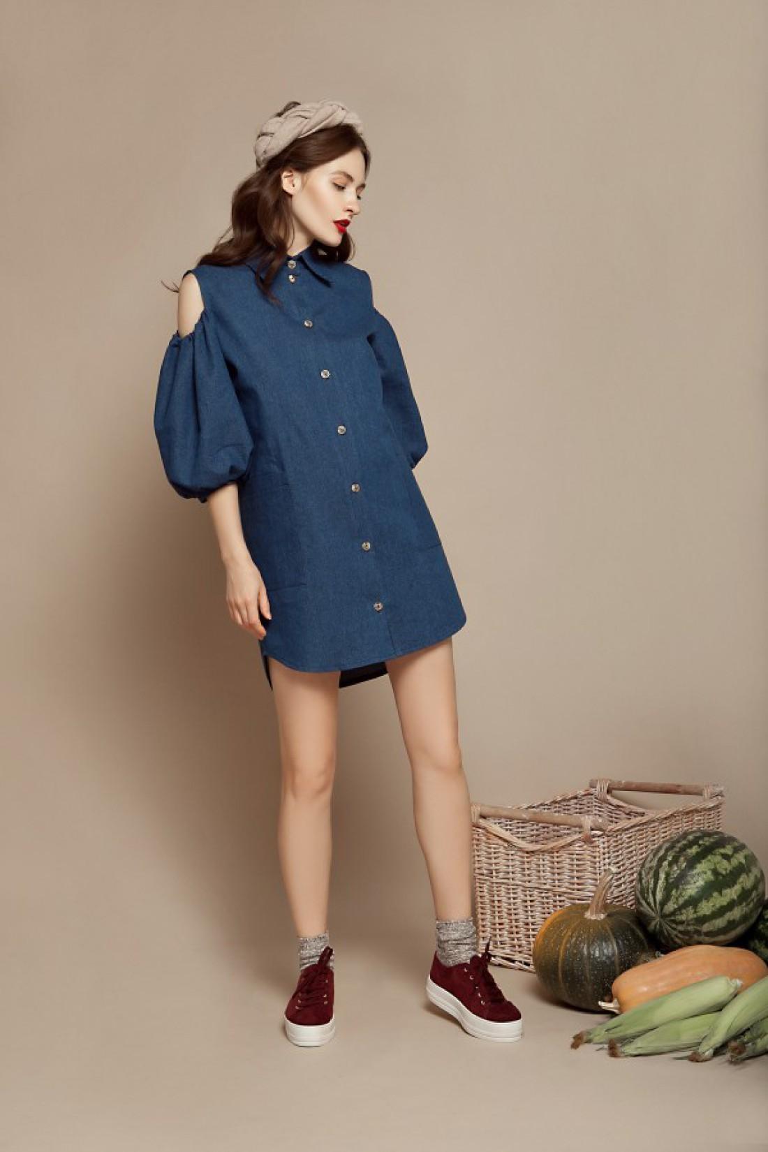 Джинсовое платье с пикантным акцентом