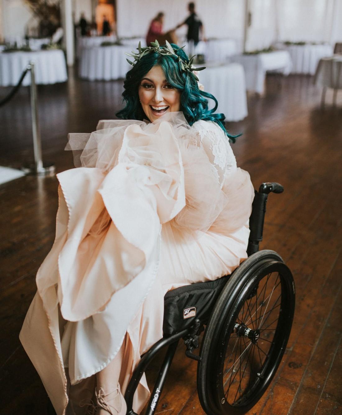 Невеста прошлась к алтарю на глазах изумленных гостей