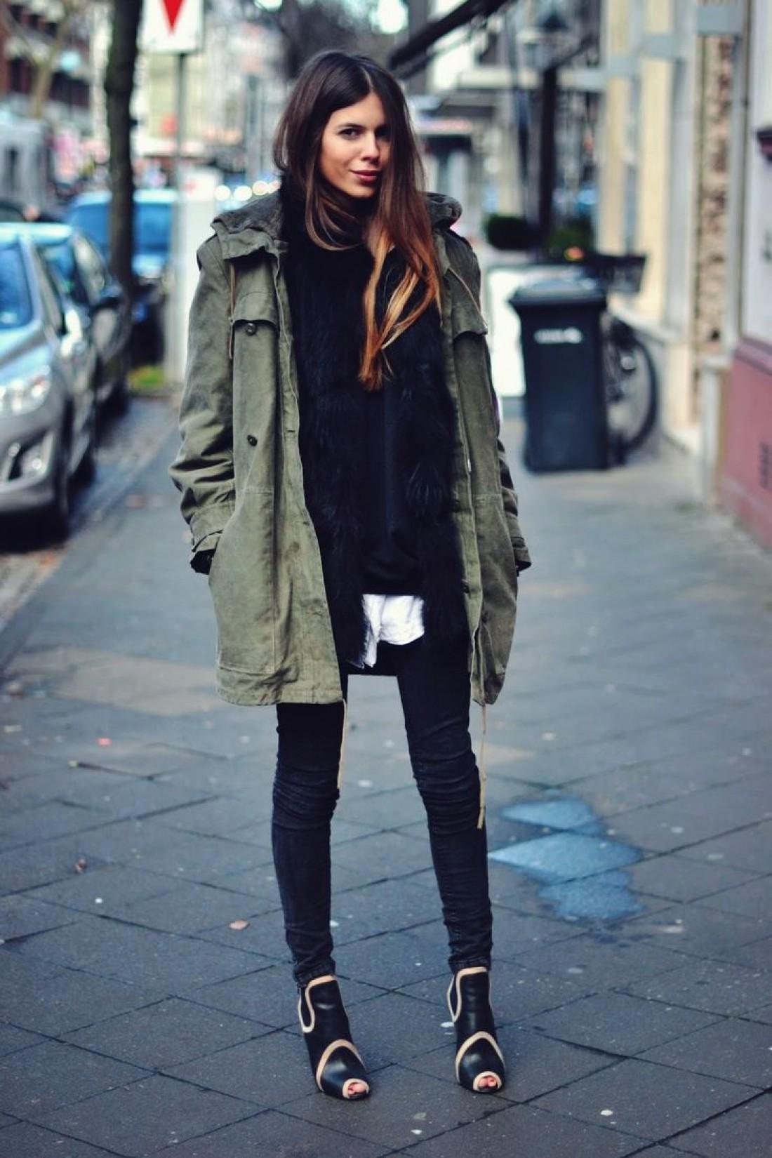 Женщины в куртках с обнаженными ногами