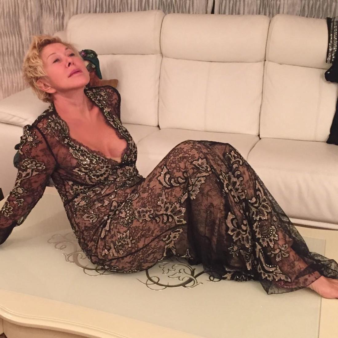 62-летняя Любовь Успенская похвасталась откровенным декольте