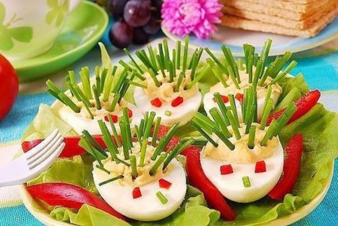 Что приготовить детям на Пасху: Фаршированные яйца в виде ежиков