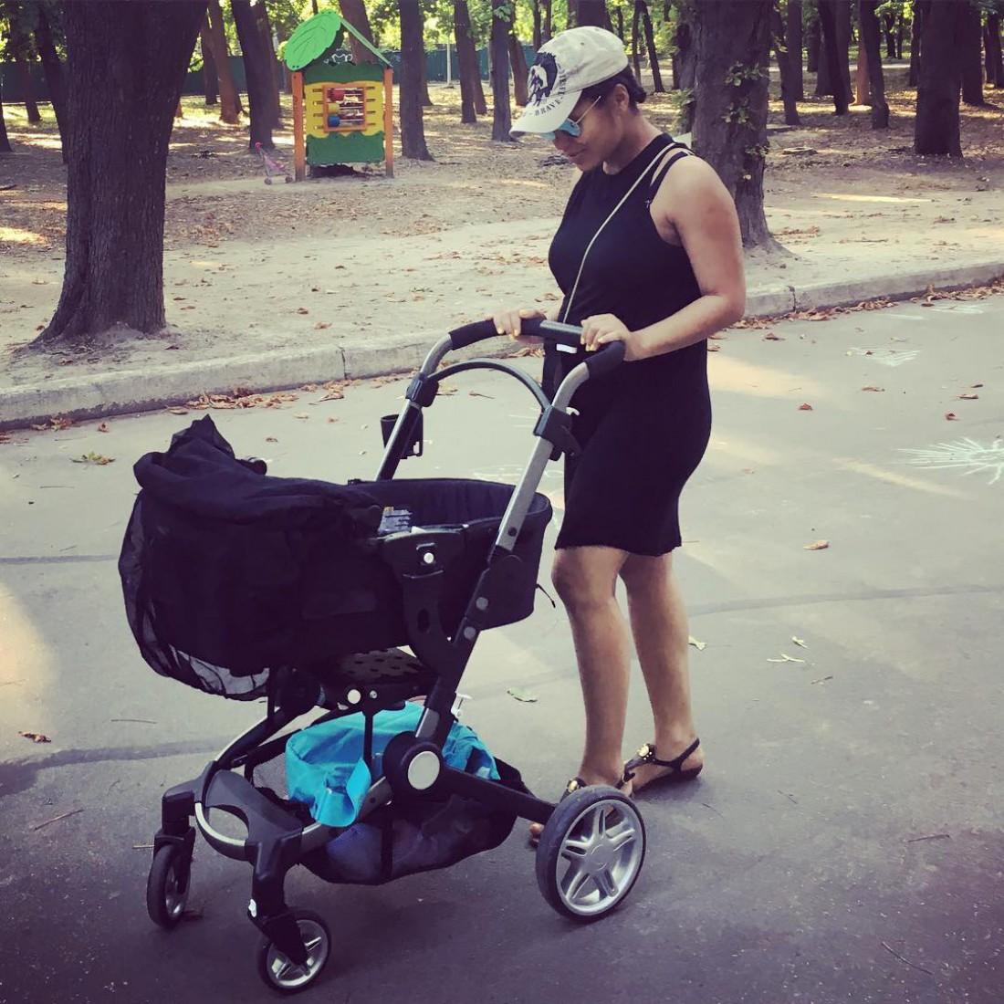 Гайтана гуляет с дочкой