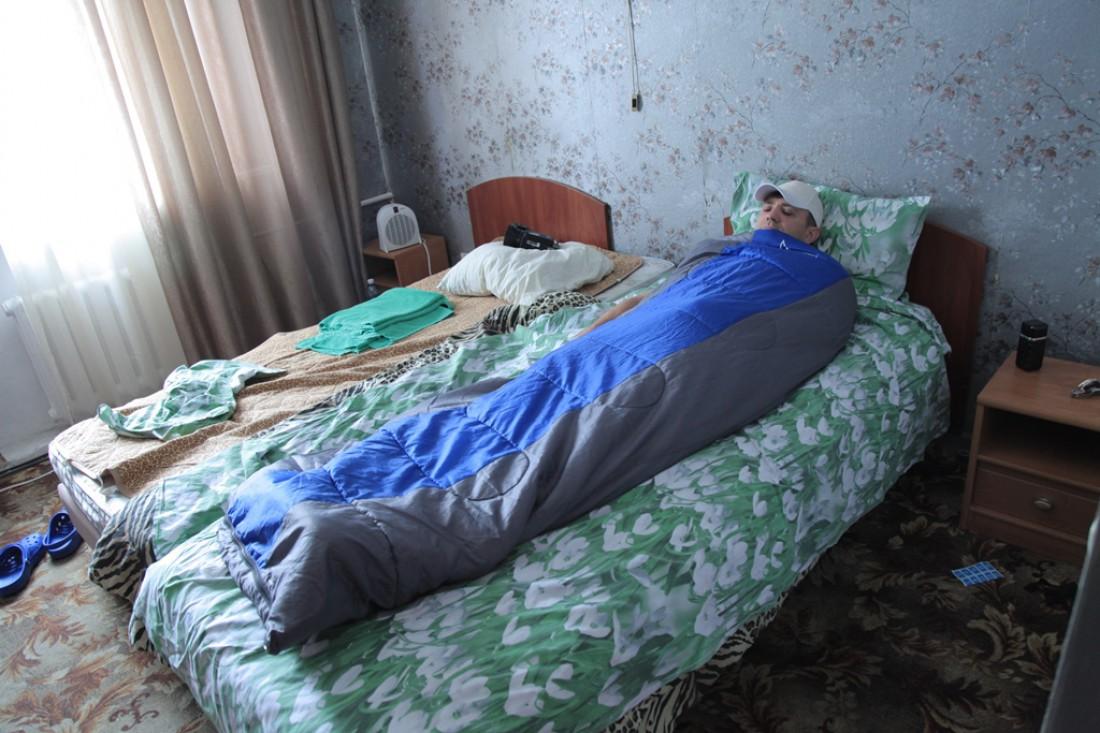 Тищенко спит в отеле