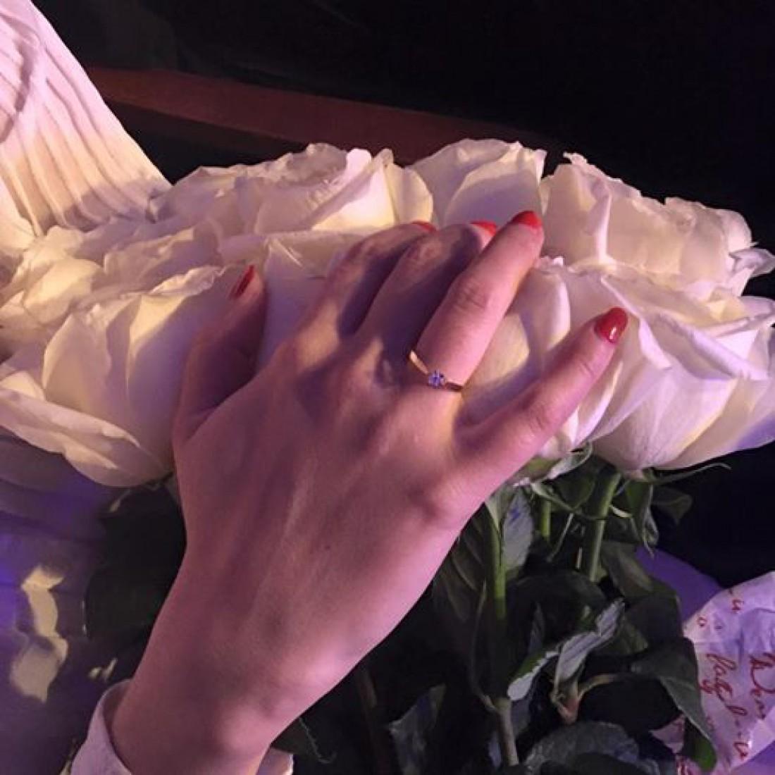 Тоня показала кольцо