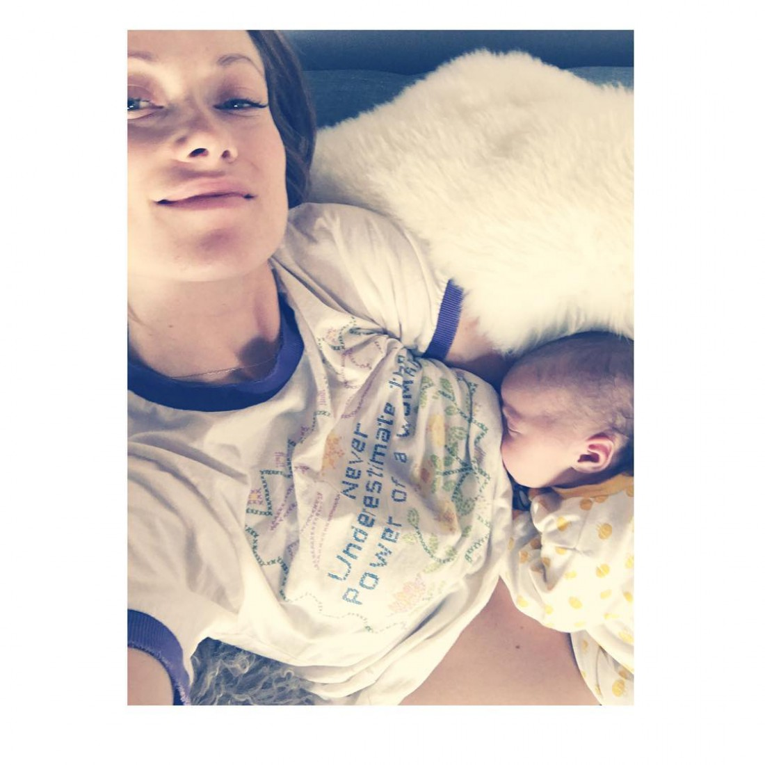 Оливия Уайлд кормит новорожденную дочь грудью