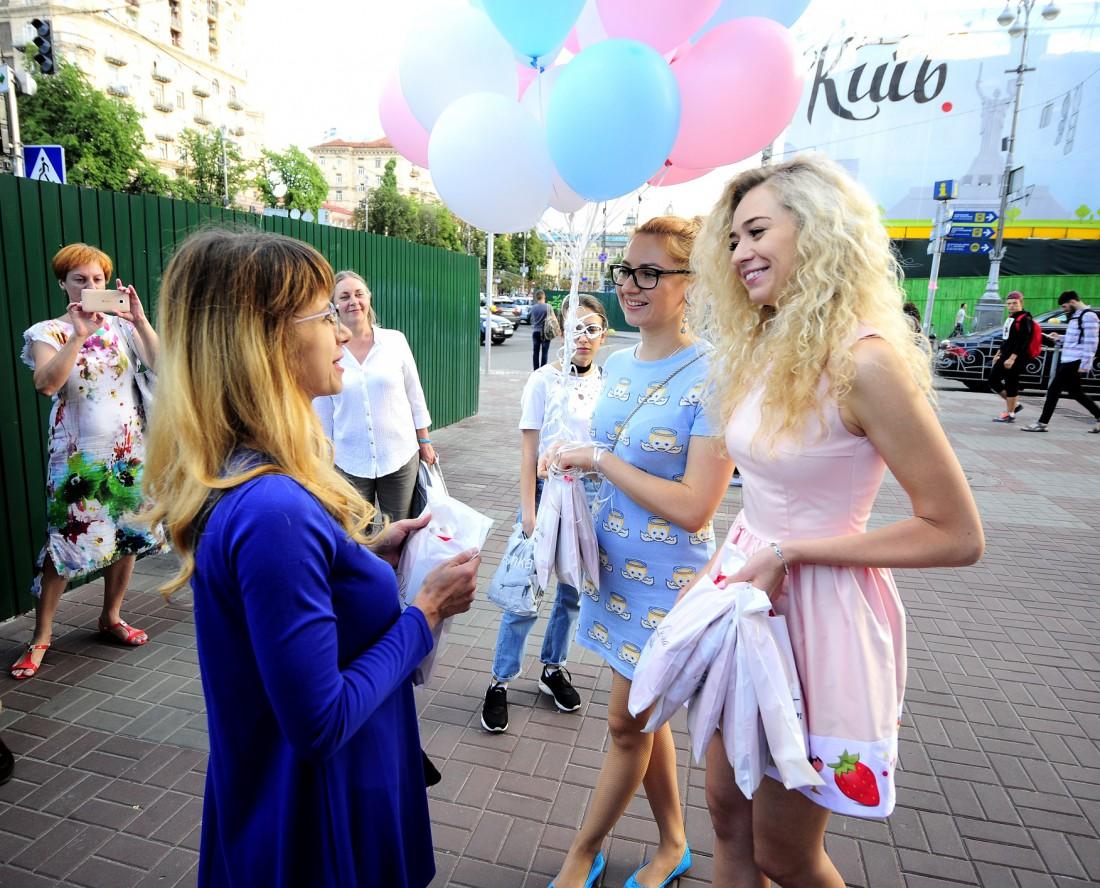 Анастасия Иванова раздает платья