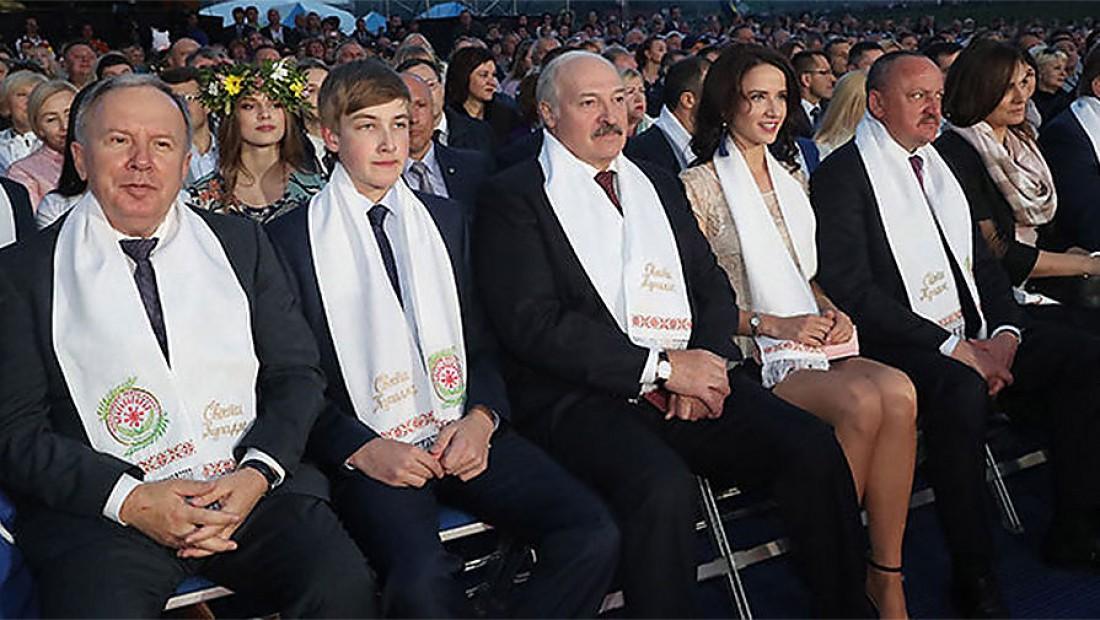 Вице-премьер Беларуси Василий Жарко, сын президента Коля Лукашенко, президент Александр Лукашенко, Кристина Неверо и помощник президента Николай Корбут во время фестиваля Купалье
