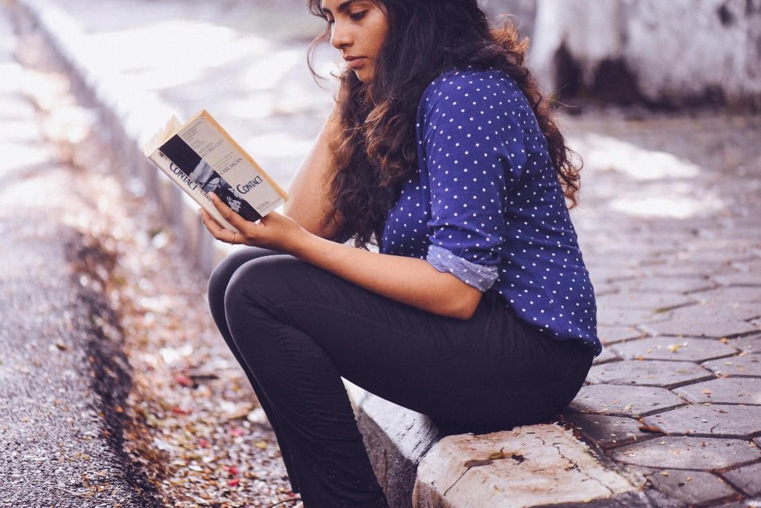Соня Сотник читает детский детектив Черная рука