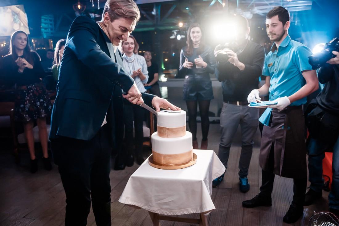 Именинник режет торт