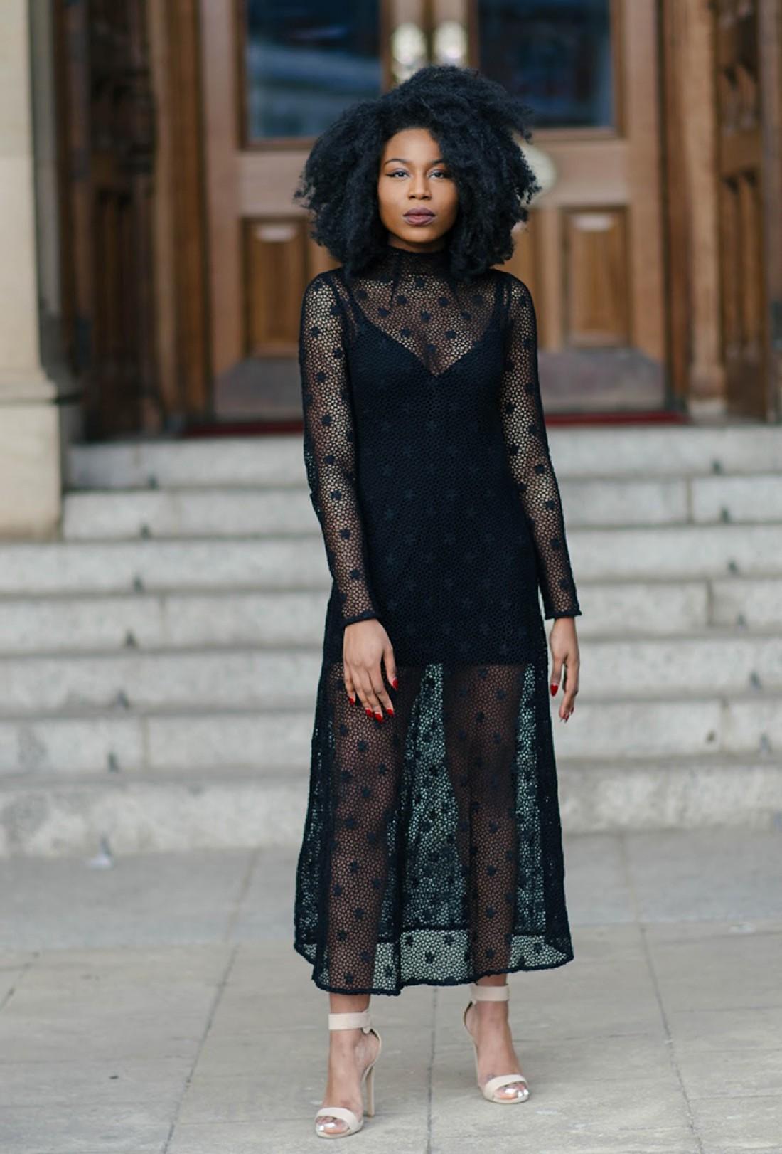 Черное платье оригинального дизайна спасет в любой ситуации