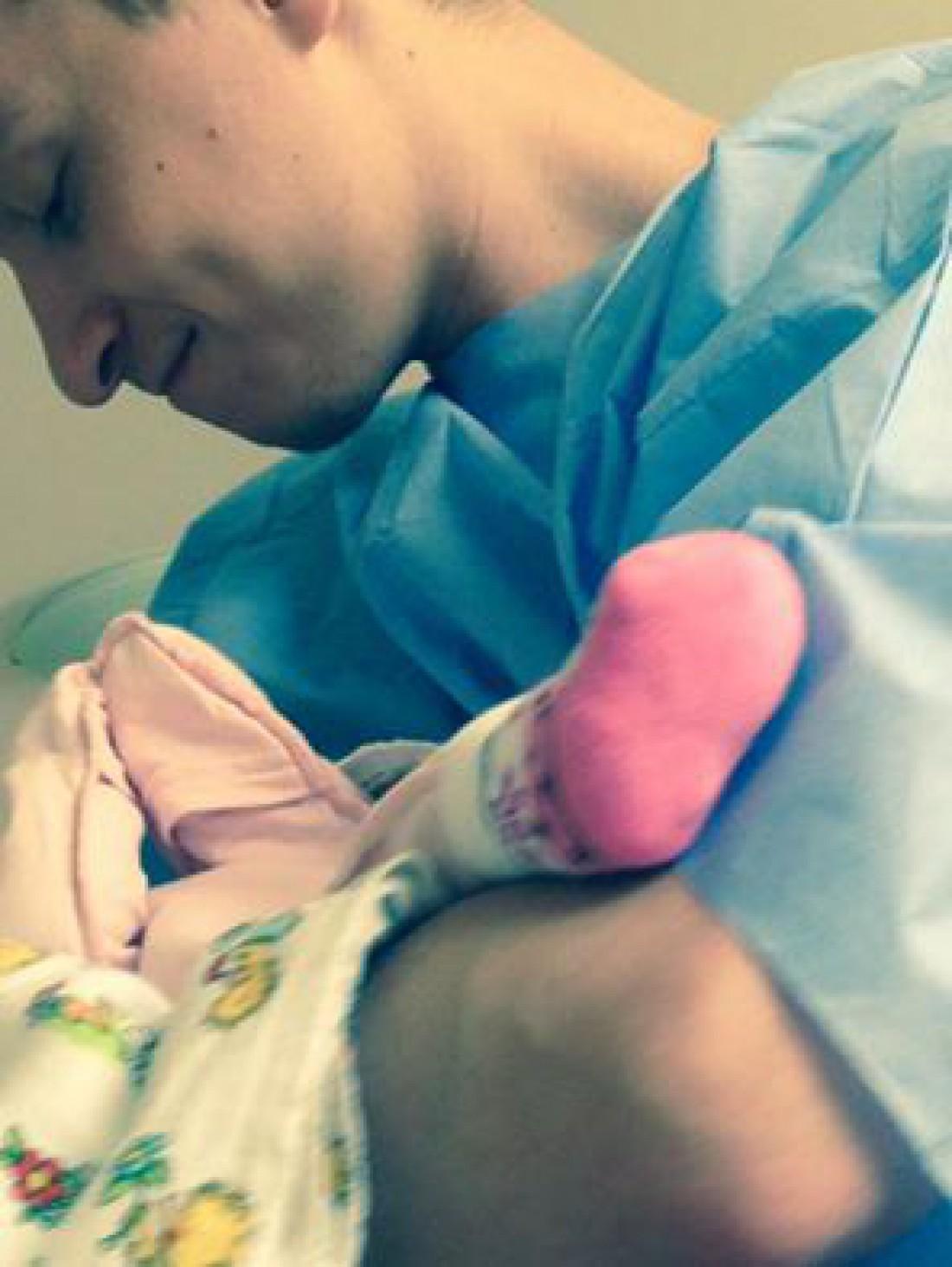 Муж Ольги с новорожденной дочкой