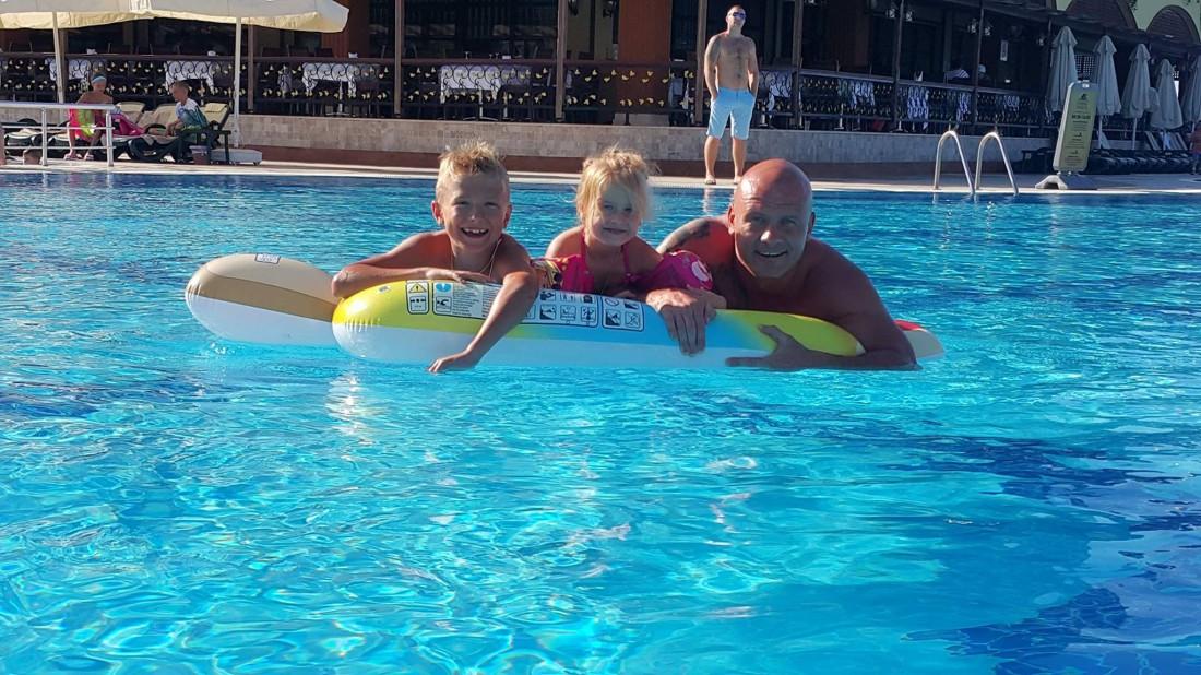 Вячеслав Узелков с дочкой и сыном