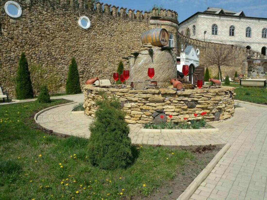 Внутренний дворик одной из лучших виноделен страны Крикова
