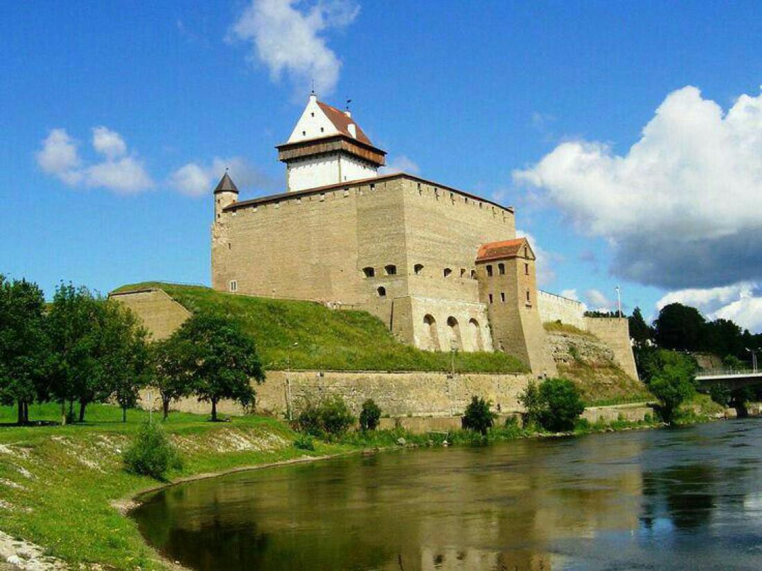 Величественный Нарвский замок