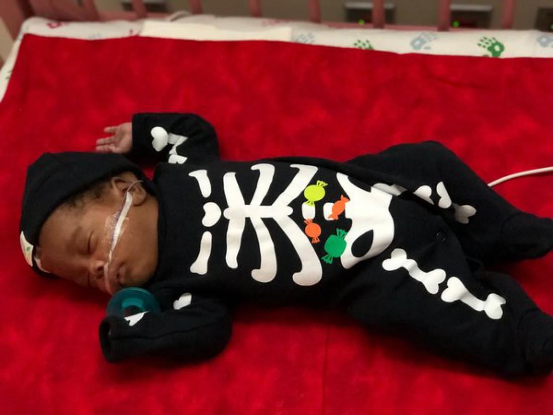 Малыш в костюме скелета