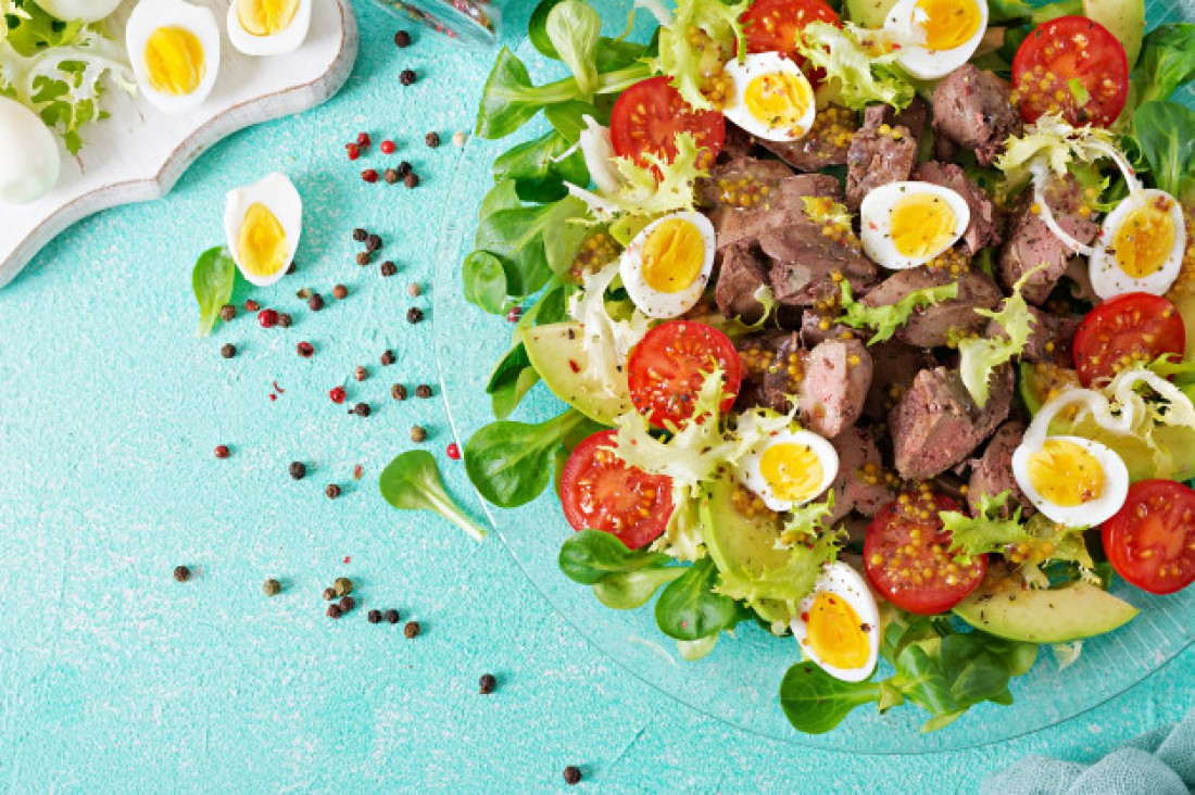 Салат с авокадо и куриными сердечками